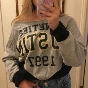 Collegetröja från bikbok köpt för ca 3 år sedan, jätte mysig och snygg tröja.