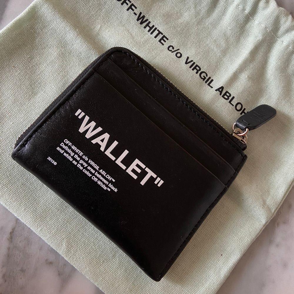 Finns på Gärdet. Eller postas.  ITEM DESCRIPTION Quote coin purse from the Pre-Fall 2018 Off-White c/o Virgil Abloh collection in black . Övrigt.