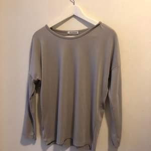 En jättefin grå basic tröja. Använd ett fåtal gånger hemma.