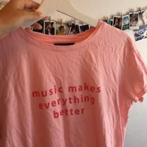 Rosa tröja från Bershka i storlek S.💓 music makes everything better. Köparen står för frakten som ligger på 22kr.