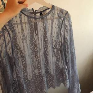 Blå spets tröja med vida armar i storlek S. 💙💙köparen står för frakten som ligger på 22kr