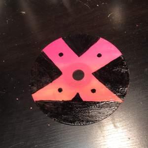 Handmålad cd skiva som föreställer ett rosa X. Målad med akrylfärg och har ett glansigt lacköverdrag över💞