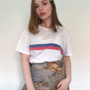 Sportig och skön T-shirt från GAPs herravdelning. Jätte snygg att ha oversized för sig själv eller tucked in i shorts. Snygg färg print på framsidan. Storlek XL men har själv S och när den på oversize sätt.