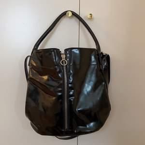 Säljer min supersnygga lackväska från Emmaus! Väldigt fint skick🖤 Tar endast Swish, kan eventuellt mötas upp i Centrala Malmö.