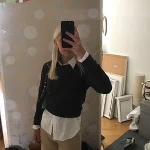 Säljer denna mörkgrå collegetröja då den inte kommer till användning. Så fin med en vit skjorta under 😁 Kontakta vid intresse! 💞