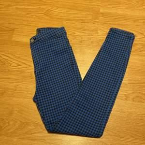 Blå/svart rutiga jeans från bershka i storlek 32/xs med högmidja, oanvända! Kan hämtas i Malmö men även fraktas, köparen står för frakten!😊