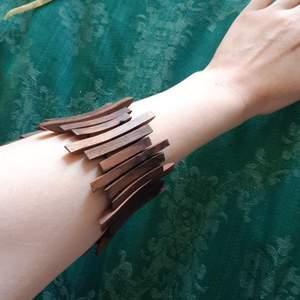 Armband i trä med resårband som ger flexibel storlek från 15 cm och uppåt. 25 kr inkl frakt eller högsta bud! 🌱 Kan också hämtas i Örebro.