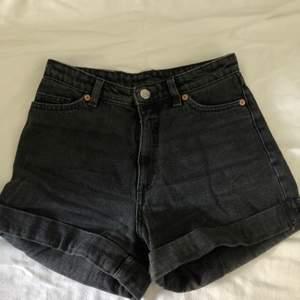 Grunge shorts i urtvättad svartgrå färg. För små för mig. Väldigt bra skick. Köparen står för frakten