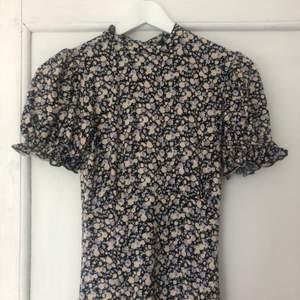 Jätte fin blommig klänning ifrån asos, använd bara en gång! Stretchigt och skönt material. St 36. 300+ frakt