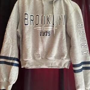 Supermysig kroppad hoodie från HM. Kommer tyvärr inte till användning längre pga inte min stil. Jätte fint skick!!