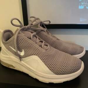 Nya Nike skor, endast använda en gång. Nytt skick. Ordinarepris 1500kr, Säljes för 600kr (alternativt startbud)