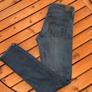 Jeans från Replay som är knappt använda. Är i storlek 29 i modellen LUZ. Kan mötas upp i Kungsbacka annars står köparen för frakt. 🌸Katt finns i hemmet🌸