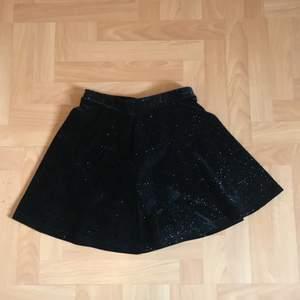 En svart glitter kjol från cubus storlek 134/140. Väldigt skön och mjuk kjol men måste sälja den då både jag och min syster har växt ur den✨ köparen står för frakten!
