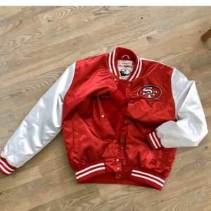Säljer min san francisco 49ers baseball jacket. Köpt här på plick. Använd max 5 gånger. Köpt för 430. L i USA, M europa. Passar mig som är 188.