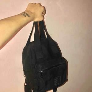 Jättefin mini väska från Bershka 🖤 Kunden står för frakten. 💜