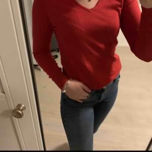 Röd tröja från Saint Tropez❤️💫 Jätte fint skick, knappt använd! Storlek XS, passar en S Köpt för 299 kr Säljer för 150 kr