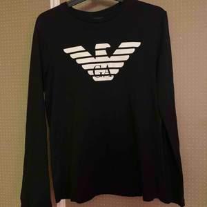 Emporio Armani långärmad T-Shirt nästintill ny. Nypris 900kr. Mitt pris 400. Storleken är M men skulle säga att den sitter mer som en S. Kan skicka med posten