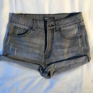 Göra jeansshorts. Är i använt begagnat skicka men inga fläckar eller liknande. Köparen betalar frakten (har 2 par där av 2 annonser)