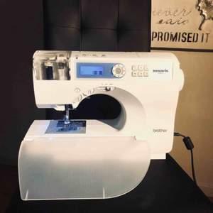 den är endast testad en gång, den är helt i nyskick,  har ej intresset så det är bättre att den kommer till användning Brother Innov-is CS-8120 är datoriserad, bra symaskin, liten, kompakt och lätt att bära med sig Idealisk för alla sätt att sy