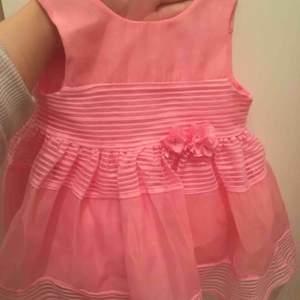 Har två super fina klänningar som aldrig blev använda  storlek på den rosa är 4-6 månader den gula  6-9 månader  vid intresse kan jag skicka fler bilder om önskas ( frakt står köparen för )