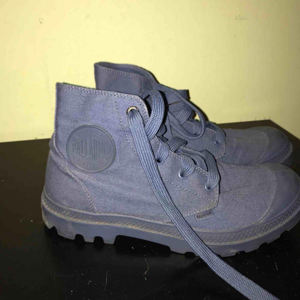 Marinblåa palladium skor. Knappt använda, i gott skick. Äkta palladium. Frakt mot kostnad. Storlek: 39. Skor.