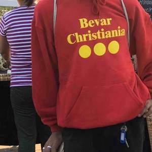 Hejhej säljer min Bevar Christiania tröja, röd i strl M. Köpt där och i bra skick.