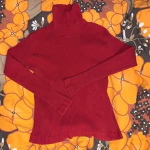 Röd ribbad polotröja från märket Street One. Står storlek 42 i, skulle säga att den passar som M. Möts upp i Stockholm eller fraktar! <3