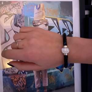 🖤Säljer detta ursnygga armband i lack med en pärla i mitten som är magnetisk🖤