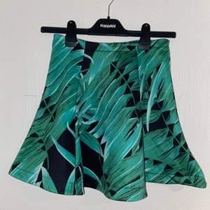 Unik kjol med någon typ av växt/blad på sig. Från bikbok med storlek XS. Väldigt strechig och bra skick då den ej användts.