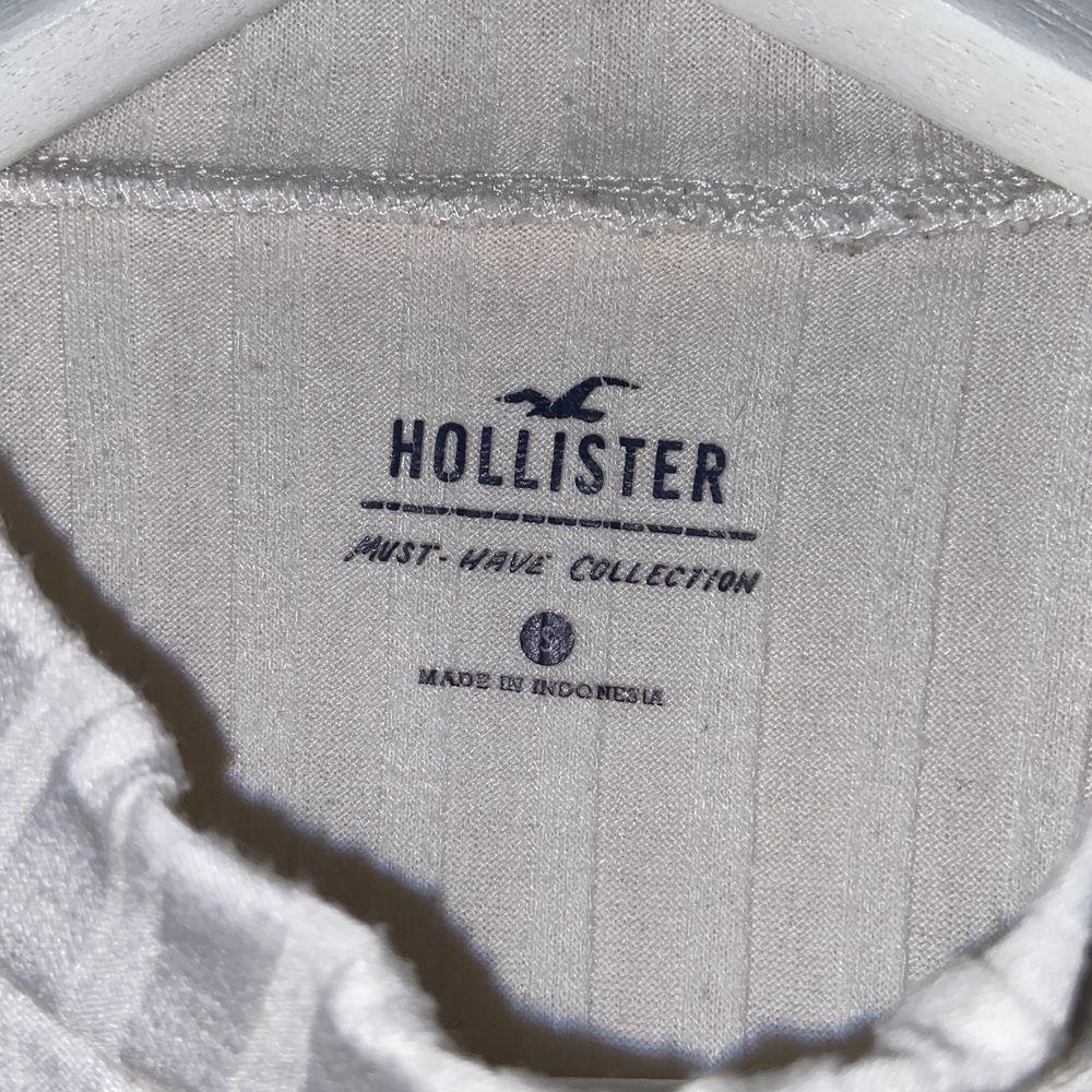 """Vit """"Ribbad"""" tröja från Hollister i storlek S. Väldig strechig och i bra skick. . Tröjor & Koftor."""
