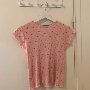 Blommig rosa tröja i barnstorlek 158/164, kommer inte ihåg vart den är köpt tyvärr men den är knappt använd. 30kr + frakt 😊