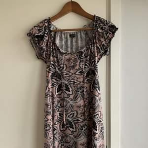 Fin klänning från Happy Holly i strl 32/34. Jätte lent material! Säljer för inte kände va riktigt min stil. Använd 1 gång