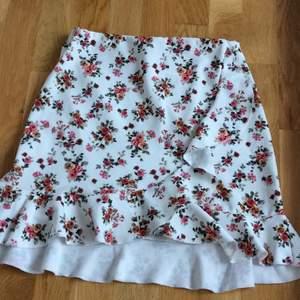 En söt och somrig kjol från Nelly. Sparsamt använd och i mycket bra skick. Köparen står för frakt