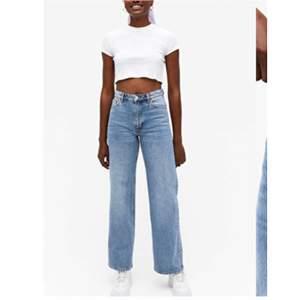 Vida jeans från Monki i modellen Yoko. Storlek w.30. Jag har gjort hål i inne-sömnen (syns inte på utsidan). Första bilden kommer från monkis hemsida