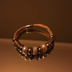 ✨Säljer detta snygga armband med magnet! Ser otroligt lyxigt ut på handleden!!✨ aldrig använt!