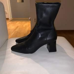 Ett par svarta skinn stövletter i stl 36 från &Other Stories, (den här säsongen).  Skorna är i nyskick, alltså aldrig använda utan bara provade hemma. Köpte för 1450:-, jag säljer skorna för 1100:-