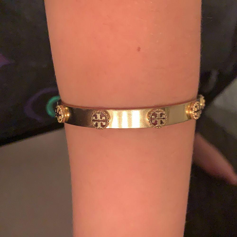 Guldigt armband, fin på. Aldrig använd❤️. Accessoarer.