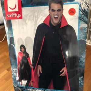 Cape/mantel för vampyrutklädnad, använd en kväll. Går ner till anklarna på mig som är 167 cm lång. Går att vända ut och in för att få annan färg.
