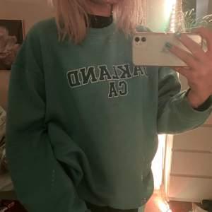 Jätteskön och snygg sweatshirt som jag säljer pga jag råka köpa två av samma. Den är ganska varm och passar allt från xs-L beroende på hur man vill att den ska sitta. Frakten står köparen för.