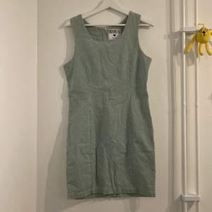 Superfin klänning i gingham mönster. Thriftad men verkar knappt använd, har själv ej använt den då den är fel storlek!
