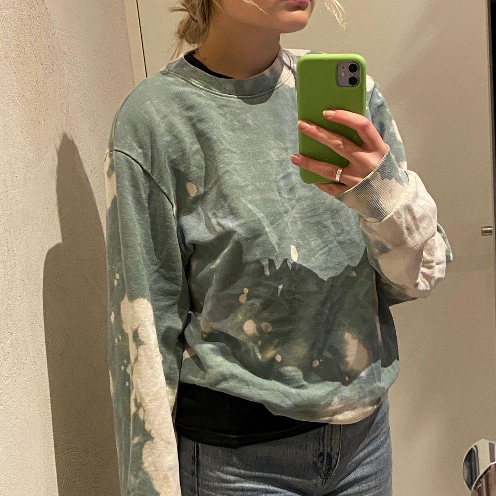 Riktigt fin och skönt sweatshirt från weekday som jag själv blekt❤️ köpt från herravdelningen så sitter oversized, men går även att vika upp🌸 priset kan diskuteras🥰. Huvtröjor & Träningströjor.