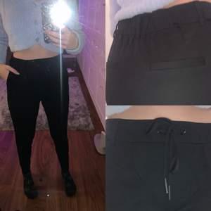 Svarta kostymbyxor från ONLY i storlek XS. Använda men inte så mycket. Fickor på sidorna och fejk på baksidan. Säljer för 165 kr 🖤