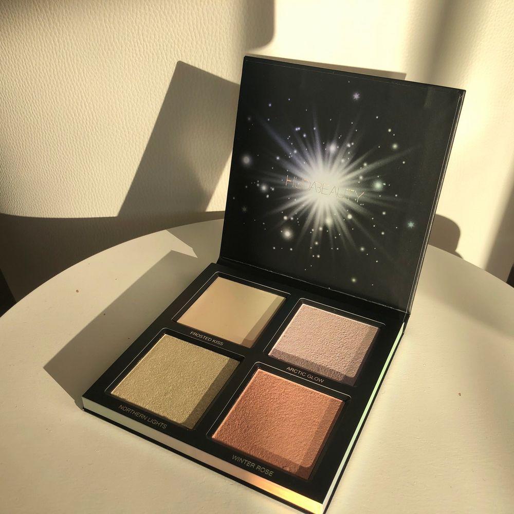NY! Huda Beauty highlighter palett 'Winter', värde 450 kr, aldrig använd eller testad. Övrigt.