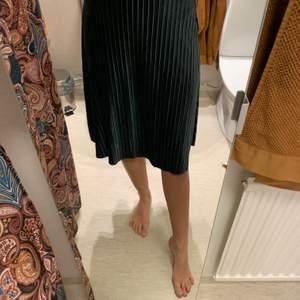Kjol i sammetsmaterial från Jacqueline deYOUNG. Storlek S. Superfin gammalrosa färg och mörkgrön.