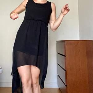 Svart klänning som är lite längre baktill. Storlek S.  👗 5 plagg för 200 👗