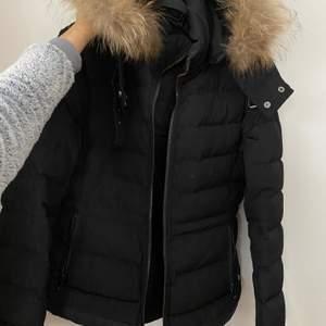 En varm, jätteskön vinterjacka med pälskrage. Storlek S. Köptes för 1000 kr förra året och har sparsamt använts en vinter. I väldigt bra skick! Bjuder på frakten.