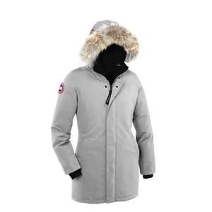 Varm och skön jacka från canada goose! Riktigt ljust grå, lyser upp i vintermörkret. Det syns att den är använd men det är ändå i bra skick!