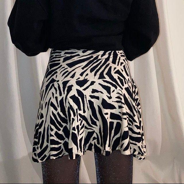 handsydd zebra kjol sydd utav en begagnad zebra klänning! (finns även en matchande topp att köpa) modellen är en XS och är 165cm🦓. Kjolar.