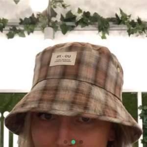 Jättesnygg buckethat från Urban outfitters, jättebra skick! Köptes för ca 300kr och är som ny 💖