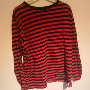 Långärmad röd och svart randig tröja, i väldigt bra skick. 🌛 köparen står för frakt